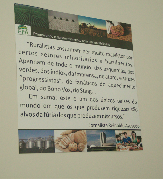 Quadro com texto do jornalista Reinaldo Azevedo, em defesa dos ruralistas