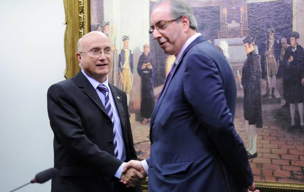 Eduardo Cunha cumprimenta o presidente da CCJ, Osmar Serraglio, antes do início da reunião da comissão. ALEX FERREIRA CÂMARA