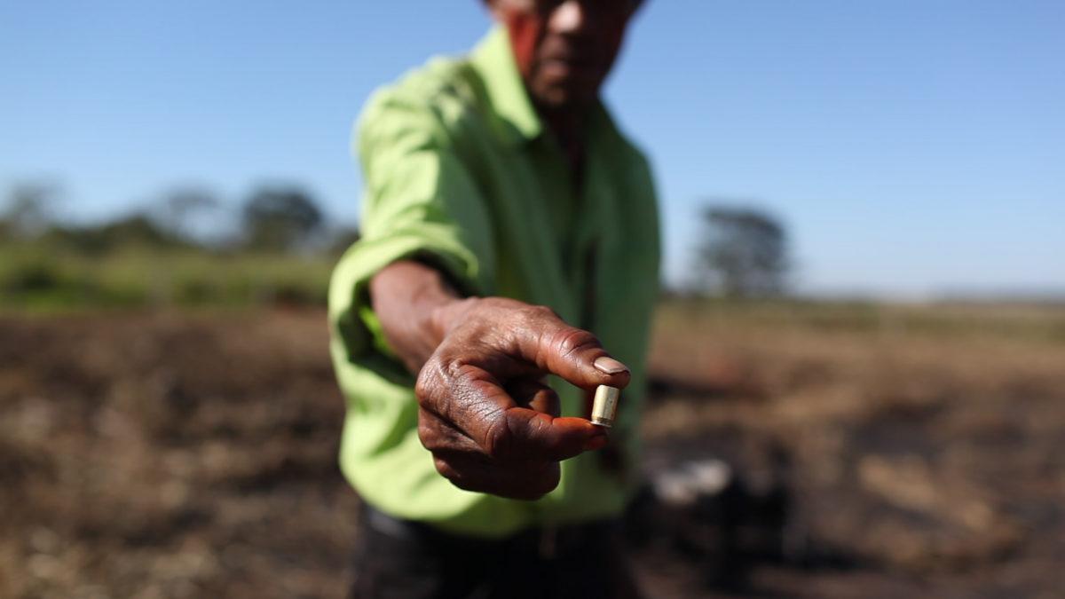 Indígena mostra cartuchos recolhidos após ataque de fazendeiros. FotoRuy Sposati/ Cimi/ Divulgação