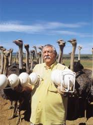 Jerson Maciel e seus avestruzes: golpe lesou mais de 40 mil investidores. (Foto: Reprodução)